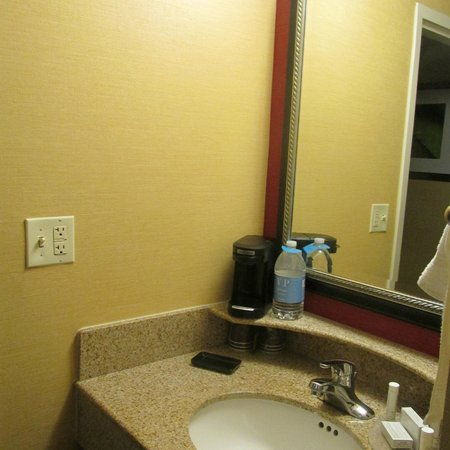 Courtyard by Marriott Roanoke Airport: Coffee Maker and Bottled Water