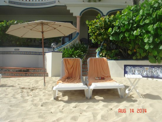 Le Petit Hotel: Outside our ground floor room - walk from room to beach in 1 second!