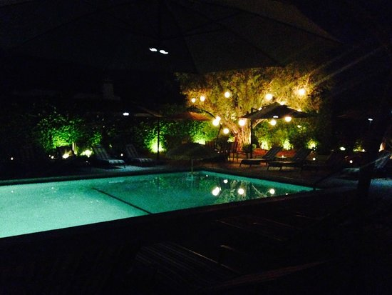 Desert Riviera Hotel: Hotel grounds in the evening