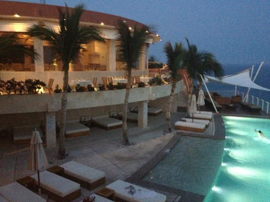 Grand Regina Los Cabos: Restaurant and Pool (Note covered area underneath with fans)