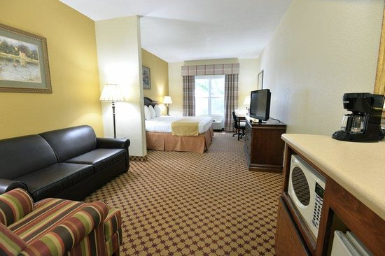 If you are looking for suites in Quincy, IL the Town & Country Inn and Suites Studio suites are sure to please. Studio King Suite is an expanded room for the person who likes a little extra comfort.