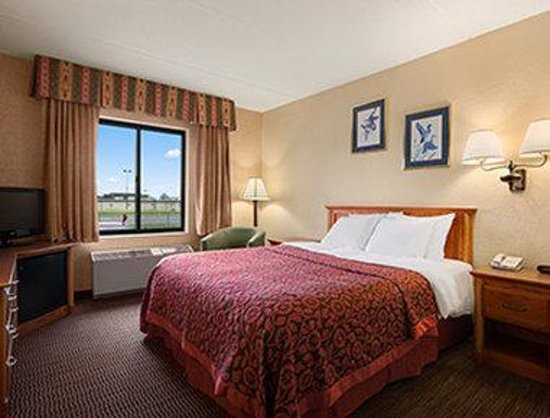 ada one queen bed room picture of days inn suites. Black Bedroom Furniture Sets. Home Design Ideas