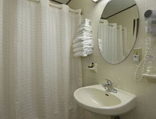 Travelodge Wall Spring Lake Belmar: Bathroom