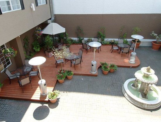 Quality Inn Downtown Inner Harbour: Interior Central Courtyard