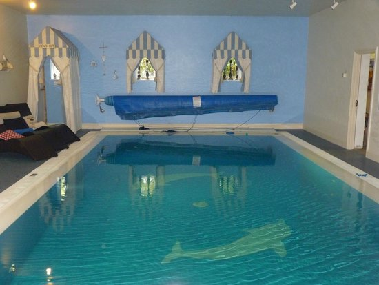 Loungers beside the indoor swimming pool picture of for Aufstell swimmingpool
