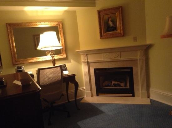 Prince of Wales: Cavernous but cozy sitting area in suite 167
