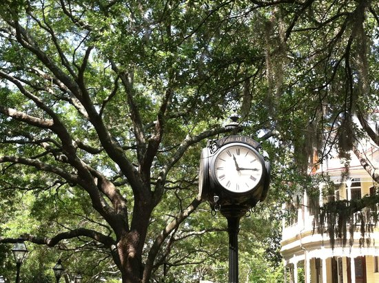 Charleston - Days Inn Historic District: Old fashioned clock at center of College of Charleston campus