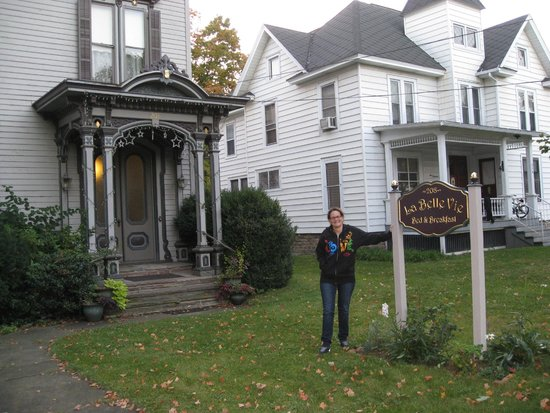 La Belle Vie Bed & Breakfast: Holding up the sign