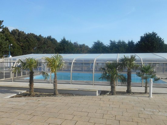 Piscine couverte et chauff e picture of camping belle for Camping de la piscine brittany