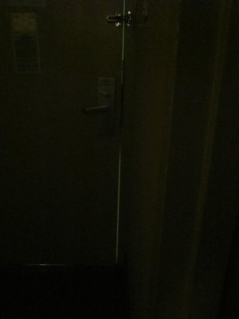 Days Inn Utica: Another view of the crack around the door
