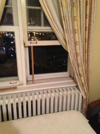 Hotel Manoir des Remparts: How to have to window open...