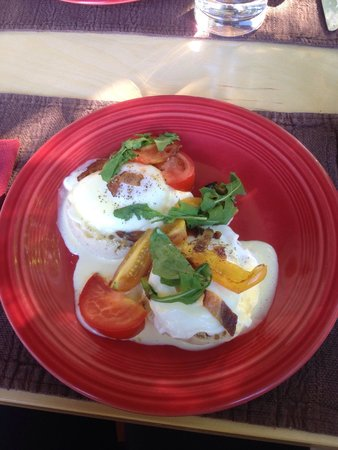 Acacia House Inn: Eggs Benedict! These tomatoes were outstanding.  Yum!!!
