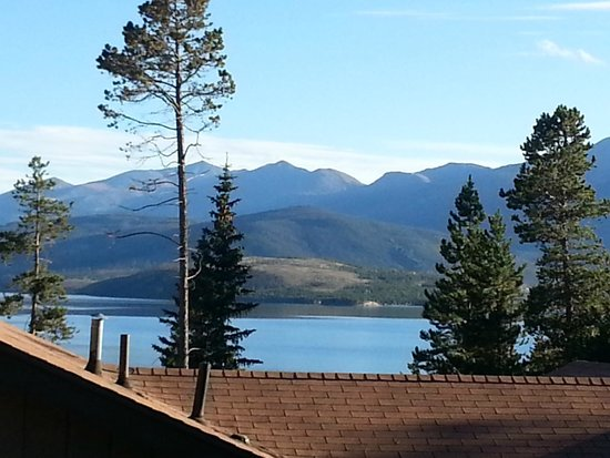 BEST WESTERN Ptarmigan Lodge: Dillon Lake from backside Building #3