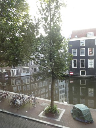 Velvet Amsterdam Bed and Breakfast: Canal from our window