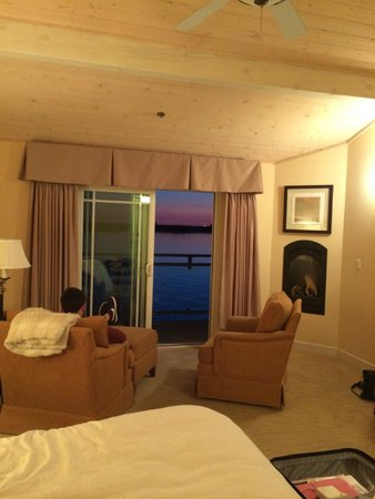 Anderson Inn: Room at night with sunset