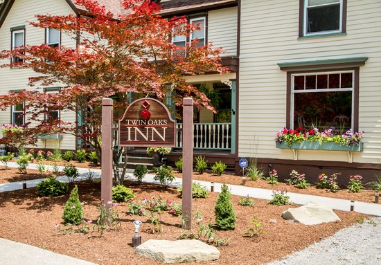 Twin Oaks Inn