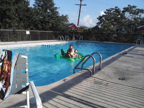 Howard Johnson Inn And Conference Center Salem: Enjoying watching the children in the clean and large pool