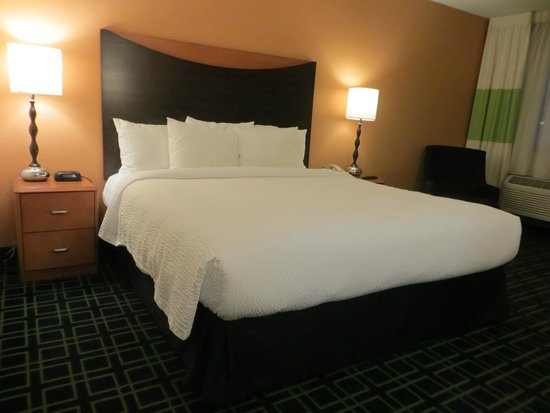 Fairfield Inn & Suites Albuquerque Airport: Comfy bed. Lots of pillows!