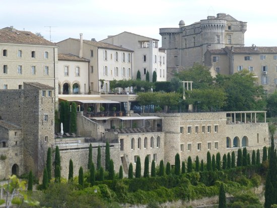 The hotel on the cliff in gordes for Hotels gordes