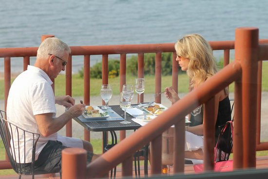 Pictou Lodge Beachfront Resort: Dining on the deck