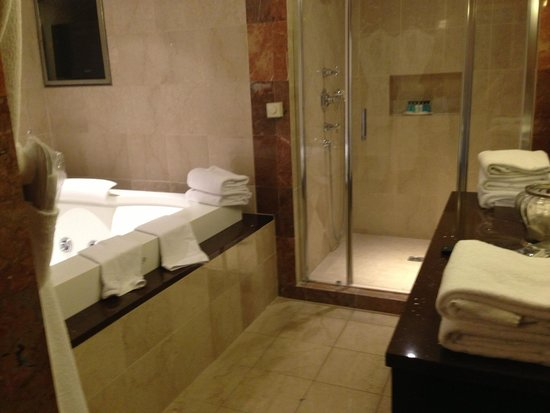 La salle de bain avec jacuzzi douche l 39 italienne picture of disney 39 s hotel new york for Photos de douche italienne