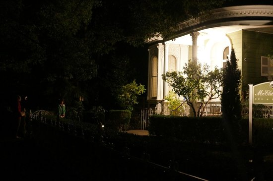 The McClelland-Priest Bed & Breakfast Inn: View from Outside at Night