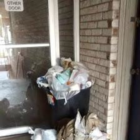 Luxury Inn and Suites: 5 day old garbage...