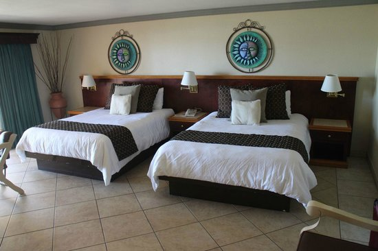 Estero Beach Hotel & Resort: Large room with two queen beds