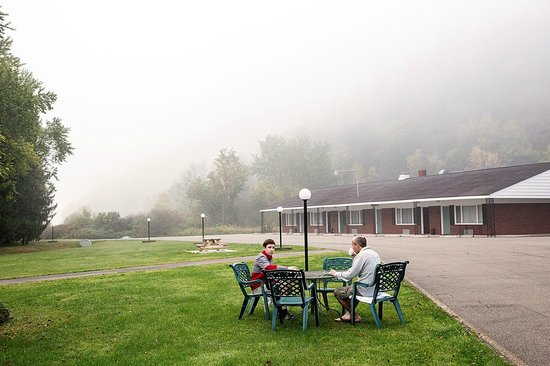 Rodeway Inn Marshall Manor: breakfast with a view