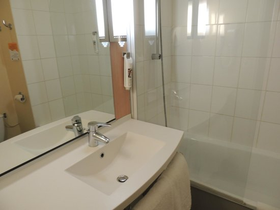 bagno camera 116 picture of ibis avignon sud avignon tripadvisor. Black Bedroom Furniture Sets. Home Design Ideas
