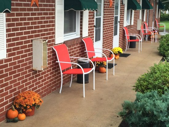 Christiana, PA: Outdoor seating with every room