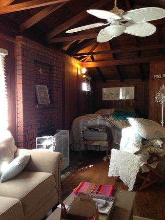 Redwood Hollow - La Jolla Cottages: dark nook for bed, fan only blew warm air and dust