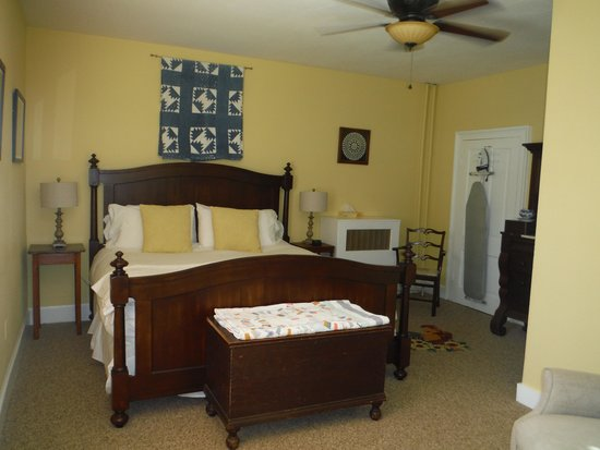Inn at Gristmill Square: Quilt bedroom