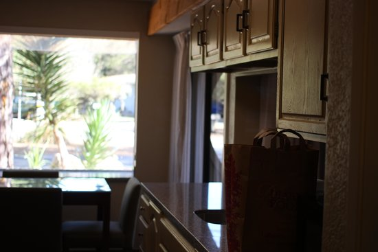 BEST WESTERN The Inn & Suites Pacific Grove: Kitchen