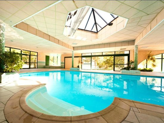 Piscine couverte et chauff e photo de embrun hautes for Piscine embrun
