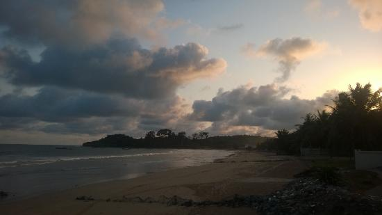 Busua Beach Resort: Side beach