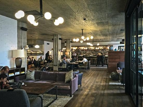le lobby et le bar picture of the hoxton holborn. Black Bedroom Furniture Sets. Home Design Ideas
