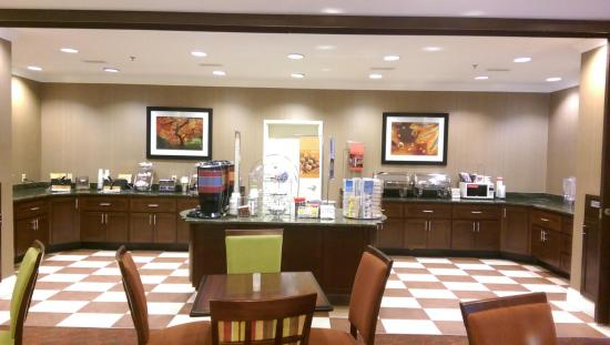 Hampton Inn Charleston North: Hot Breakfast Buffet Line