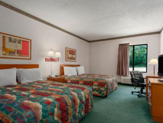 Jefferson City Days Inn: Standard Two Double Bed Room