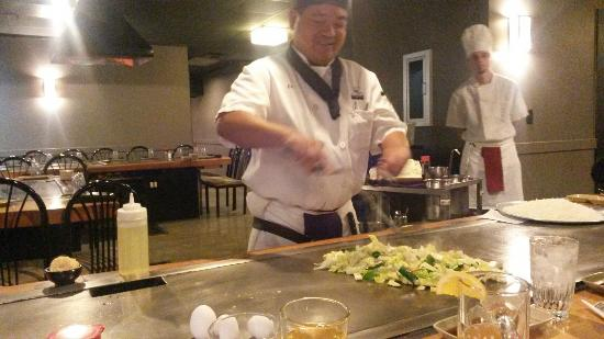 You can only choose a table where they cook in front of - Table de cuisson japonaise teppanyaki ...