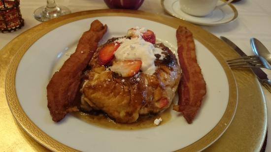 Avenue O Bed and Breakfast: Stuffed french toast
