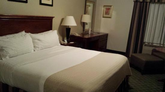 le grand lit picture of holiday inn hotel and convention center redding tripadvisor. Black Bedroom Furniture Sets. Home Design Ideas