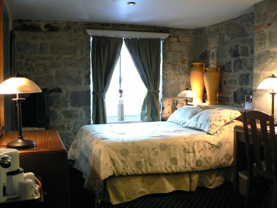 Hotel Louisbourg: Classic Room with Stone Wall