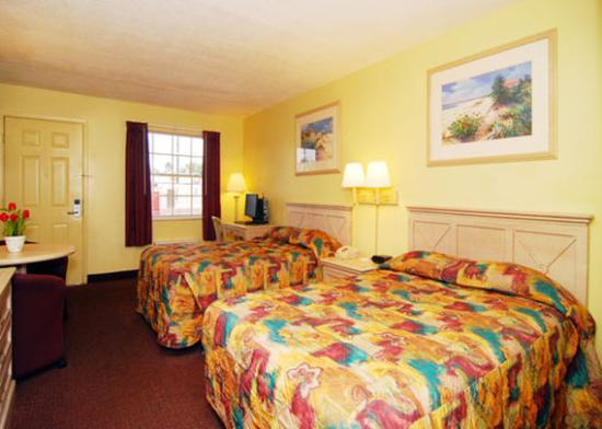 Econo Lodge  Inn & Suites Maingate Central
