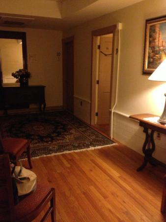 Inn on Bellevue: Large hall connecting 4 rooms