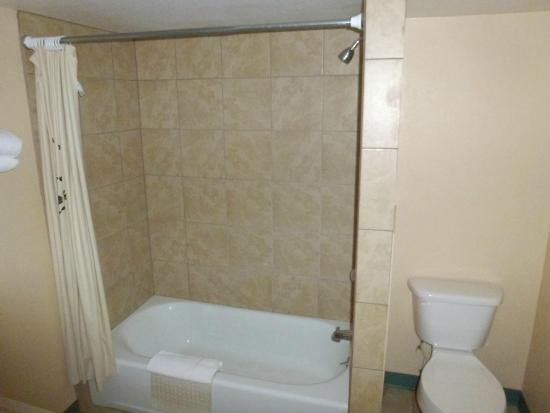 Grand Motor Inn, Hotel & Restaurant: Clean bathroom