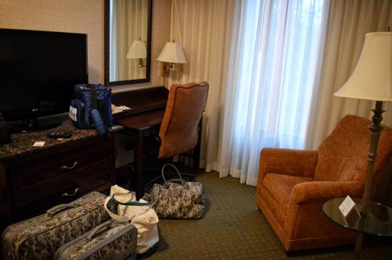 Drury Inn Indianapolis: This was a small area seperate from the bedroom. Real nice desk, TV, and chair.