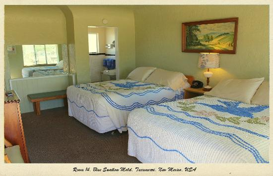 Blue Swallow Motel: One of the historic double rooms.