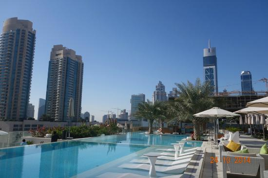 Sehr sch ner pool picture of sofitel dubai downtown for Schickes hotel