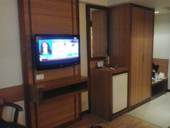 Dynasty Inn: Nice TV on the wall, lots of English channels